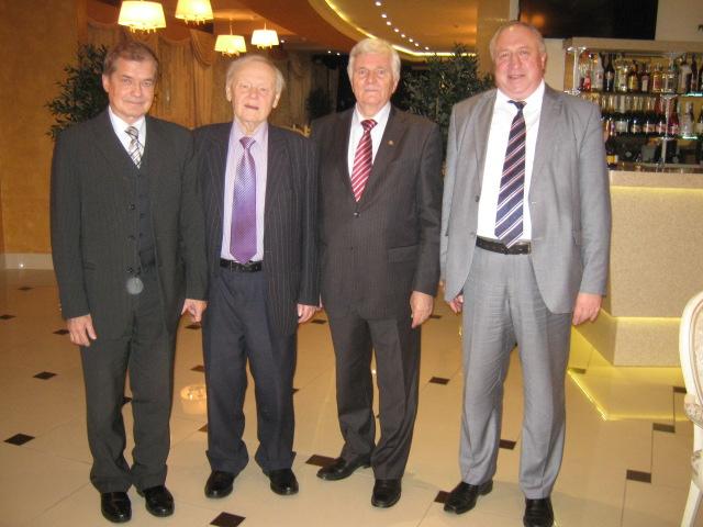 В центре известный украинский писатель Борис Олейник и академик НАН Украины Петр Толочко.